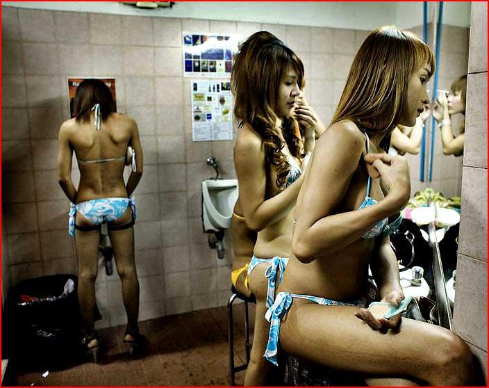 בתאילנד בנות עושות את זה בעמידה