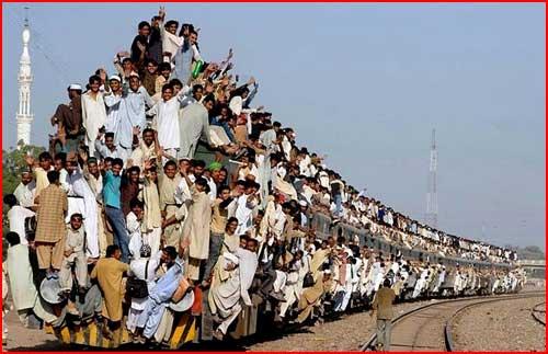 פקיסטנים מתנפלים על הרכבת