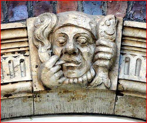 פסלים על בניינים עתיקים