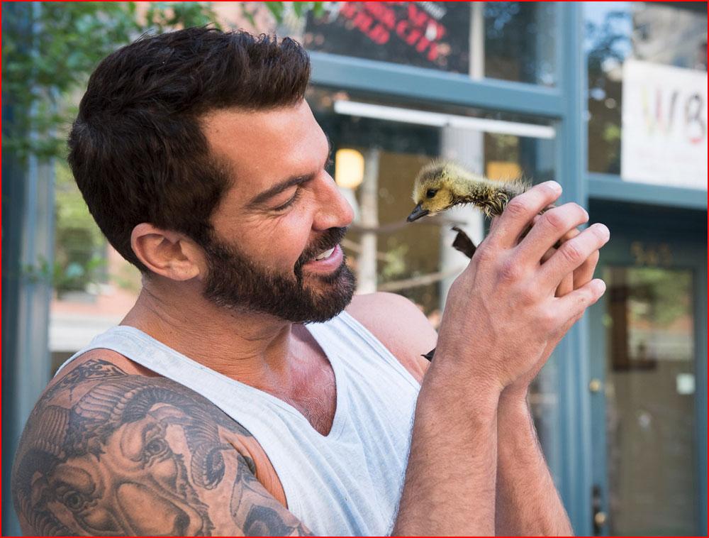 גברים חתיכים עם חיות חמודות