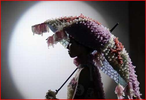 שמלות ואקססוריז עשויים מקונדומים