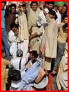 פקיסטנים מתנפלים על הרכבת (7 תמונות)